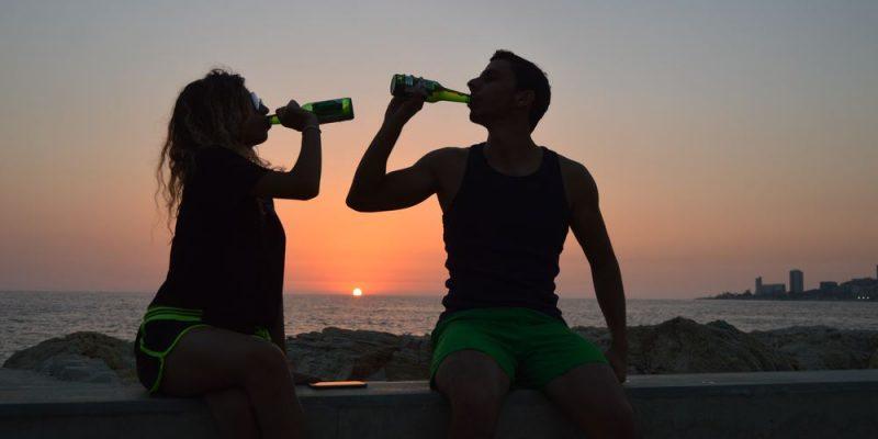 Par som drikker alkohol sammen